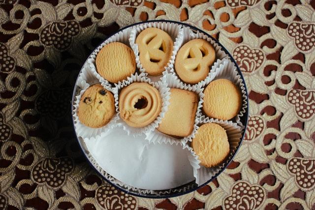 Photo au-dessus d'une boîte à gâteaux contenant différents biscuits.