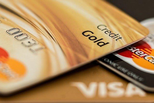 """Gros plan d'une carte de crédit """"Gold""""."""