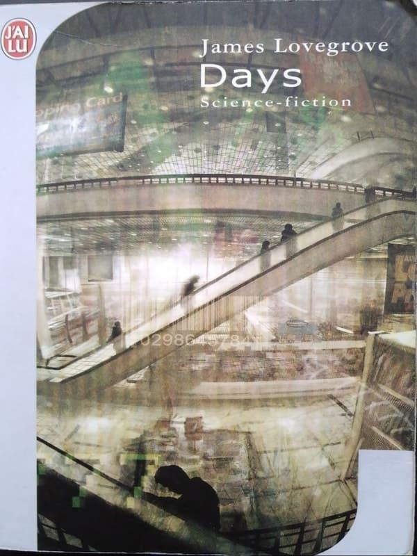 """Couverture du roman Days de James Lovegrove. Le nom de l'auteur, le titre et le genre """"science-fiction"""" sont dans le coin supérieur droit, écrits en blanc. L'image représente l'intérieur d'un centre commercial. Un escalator traverse la couverture. Il y a des silhouettes noires dessus."""
