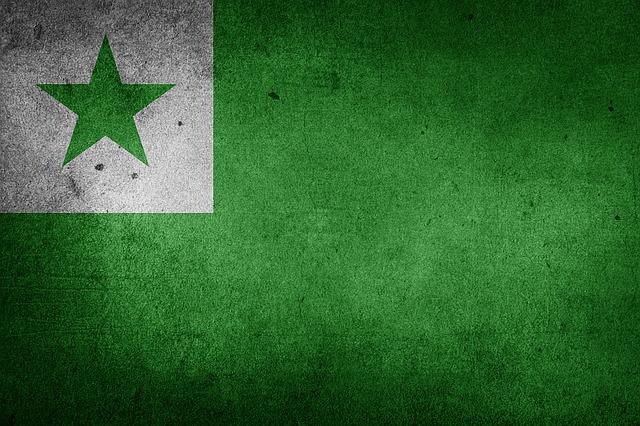Drapeau espéranto : vert avec un carré blanc dans le coin supérieur gauche et une étoile verte au milieu du carré.