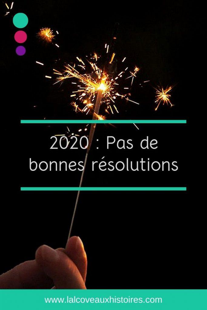épingle avec le titre 2020 : Pas de bonnes résolutions. L'arrière plan est image où des doigts tiennent un petit feu d'artifice qui crépite.