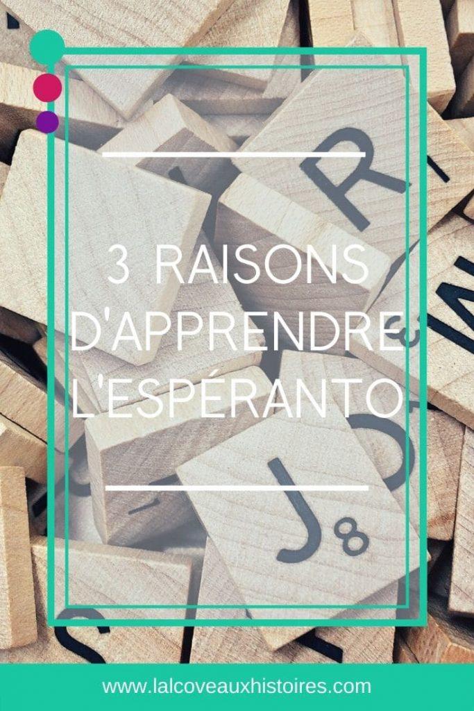 """Pin """"3 raisons d'apprendre l'espéranto"""" - image d'arrière-plan : des lettres de scrabble en bois."""