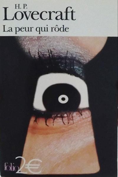 """Couverture """"La peur qui rôde de H. P. Lovecraft"""" - Image : gros plan d'un œil qui regarde au travers d'un trou de serrure."""