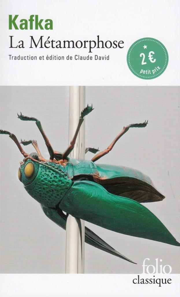 Couverture de la nouvelle La Métamophose de Franz Kafka, collection Folio classique. Un gros insecte vert est sur le dos au milieu de la couverture et est traversé par une tige en métal.